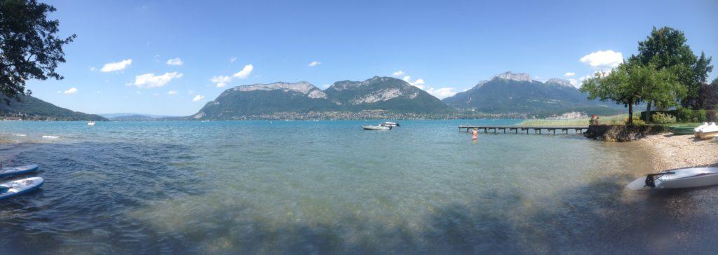 Se promener au lac d'Annecy avec son chien