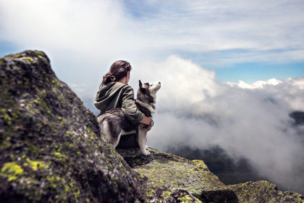 Chien et sa gardienne en montagne