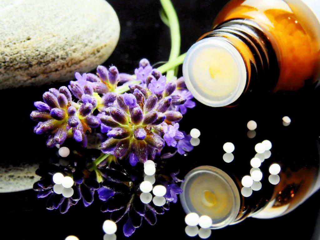 Granules d'homéopathie flacon et fleurs