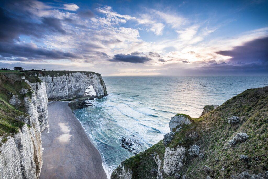 Les falaises d'Etretat avec un chien : des paysages d'Irlande